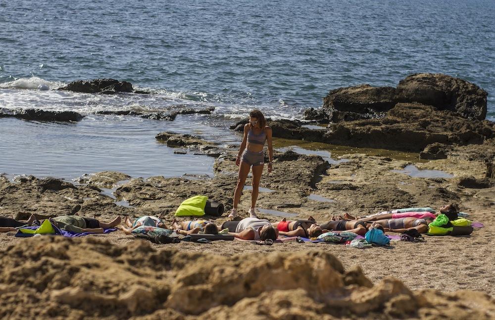 mallorca feel the flow yoga en la playa paula butragueño